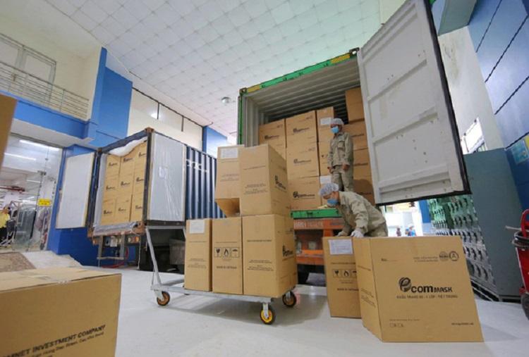 Các thùng khẩu trang lên xe xuất khẩu
